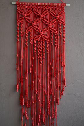 Wand panelen handgemaakte macrame techniek. Materiaal: 100% polyester. Kleur: rood. Bandje: natuurlijke hout - grenen. grootte: De lengte van de houten dek naar de bodem, met inbegrip van draden - 120 сm / 47.2 inch Breedte - 33cm/13 inch