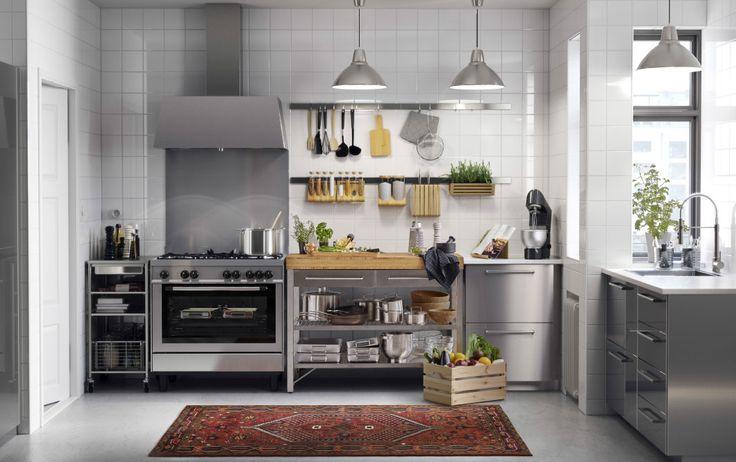 Cucina in acciaio inossidabile con piani di lavoro bianchi e maniglie in acciaio inossidabile. Cappa e cucina in acciaio inossidabile – IKEA