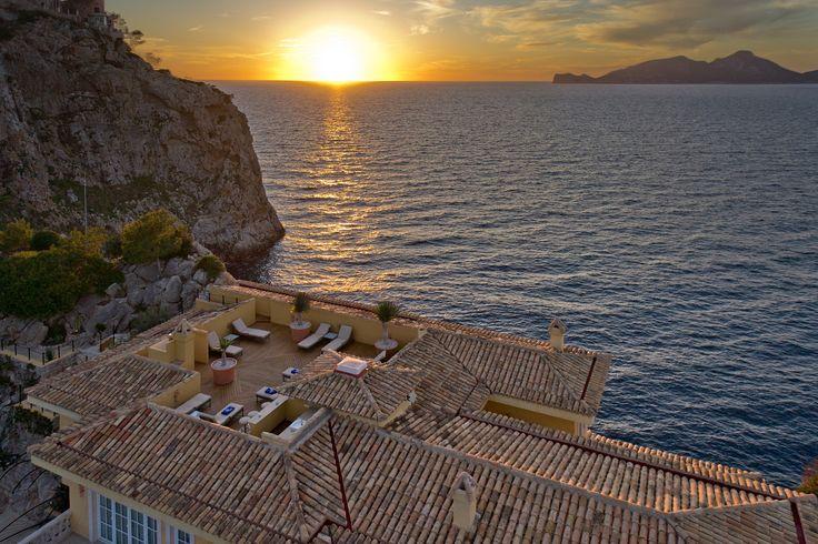 Auf einer privaten Landzunge auf Mallorca liegt unser Haus der Woche. Direkt am Meer in der Hafeneinfahrt von Port Andratx bietet das Castillo Mallorca auf rund 1.180 Quadratmetern sieben Schlaf- und Badezimmer, ein Billardzimmer, einen Fitnessbereich mit Sauna und eine Piano-Lounge.