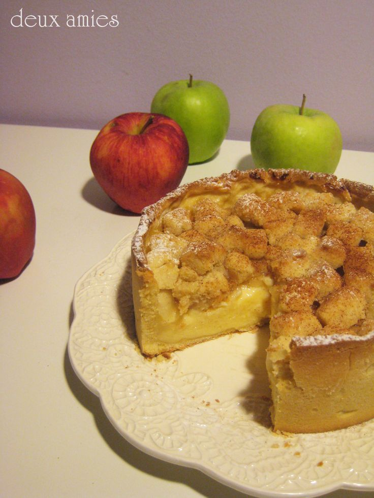 Apple pie with pastry cream and almond crumble
