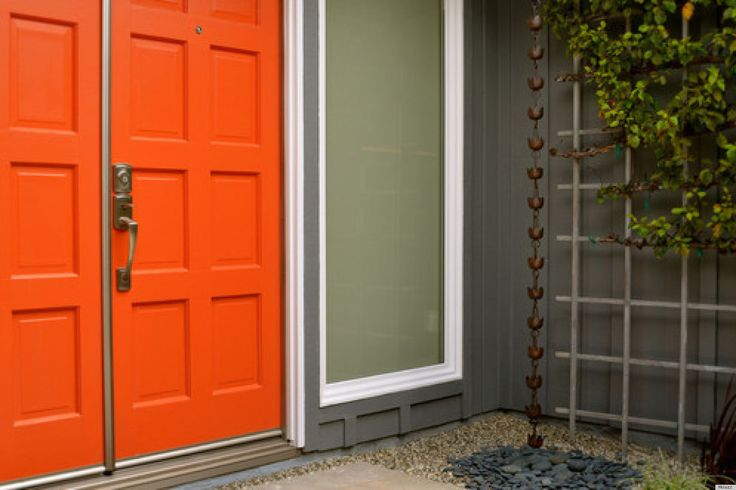 Gamei na porta laranja! http://vilabacana.com.br/inspiracao/portas-coloridas/