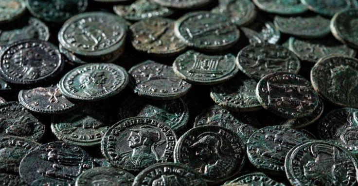 Um jardineiro encontrou em um pomar de cerejeiras um verdadeiro tesouro numismático enterrado: cerca de 4.000 moedas que datam do século 3 d.C. em Ueken, na Suíça. As peças foram levadas para o Serviço Cantonal de Proteção ao Patrimônio da Argóvia