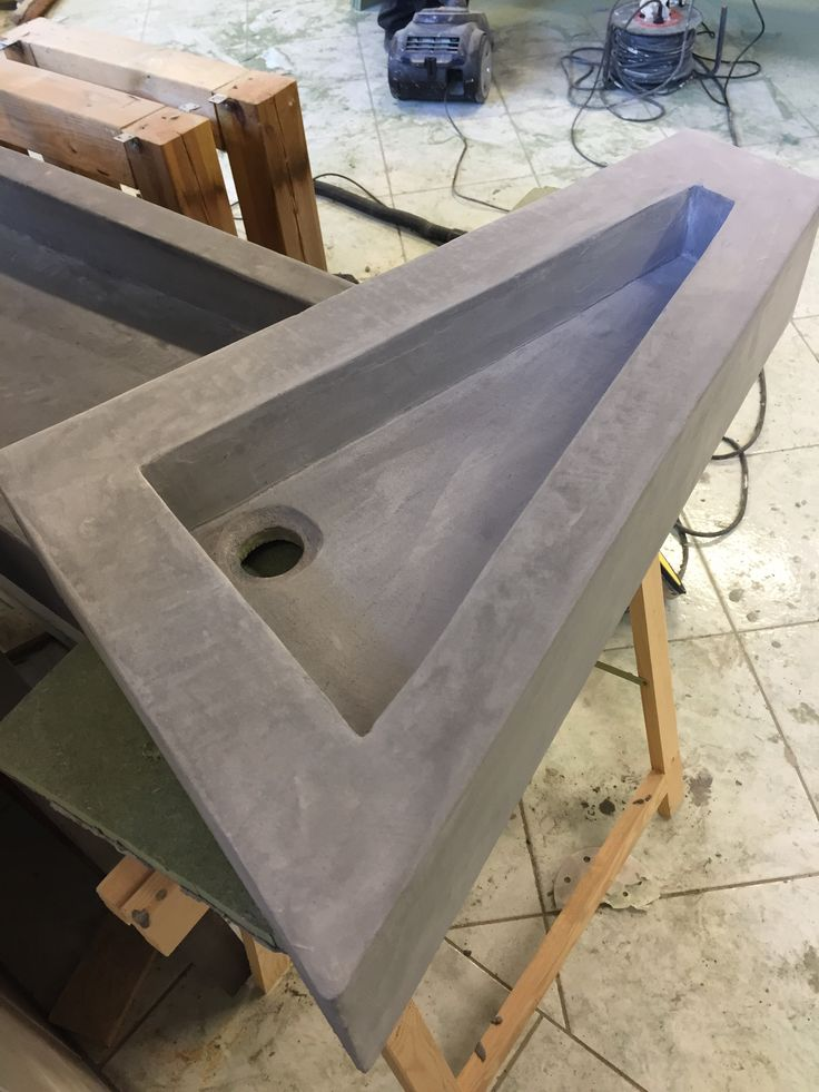 Een wastafel ontworpen door een ontwerpstudie en uitgevoerd door Vloer en Zo in Beal Mortex.