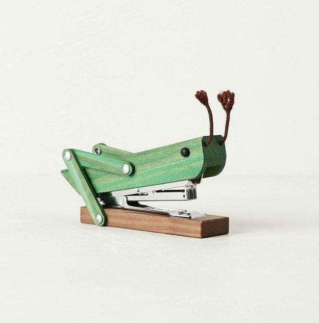 Esta adorable engrapadora con diseño de saltamontes: | 18 artículos súper lindos que todos los amantes de artículos de escritorio necesitan