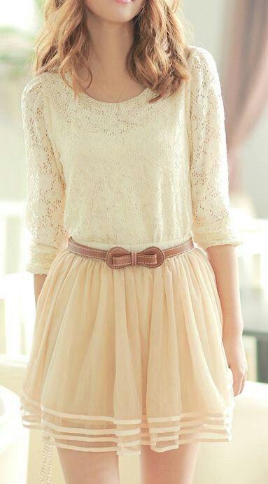 Blusa  + falda corta  de tono claro