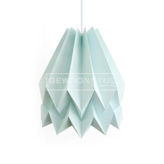 De creatieve Orikomi hanglamp is een lichtgewicht lampenkap en handgemaakt van een hoge kwaliteit papier. Een fascinerend lichtobject van het Portugese label Blaanc.