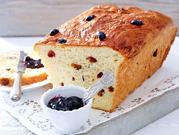Lecker zum Frühstück oder Brunch: So backt man einen saftigen Rosinenstuten aus Hefeteig. Am besten ofenfrisch mit Butter und Marmelade genießen.