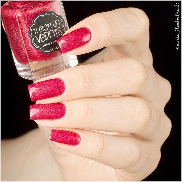 Pink and Nothing but the Pink из коллекции Welcome to Paradise от @iletaitunvernis - ярко-розовый лак с голографическими частичками. В этом лаке, мне кажется, голография наиболее заметна. 2 слоя с топом. ❤️❤️❤️ #iletaitunvernis