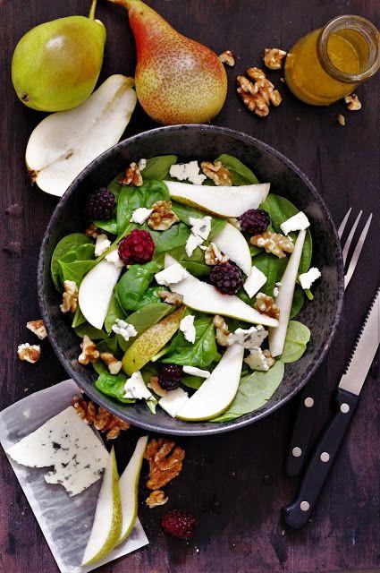 Alverdens mad: Efterårs-salat med pærer, blå ost, bær og valnødder