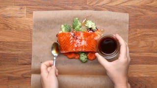 Você só precisa ter os ingredientes à mão – o peixe, os legumes que escolher e os temperos – e ir empilhando sobre o papel manteiga, que você fecha enrolando as bordinhas e põe no forno até ficar pronto um jantar chiquérrimo e ridiculamente fácil. Veja aqui as receitas.