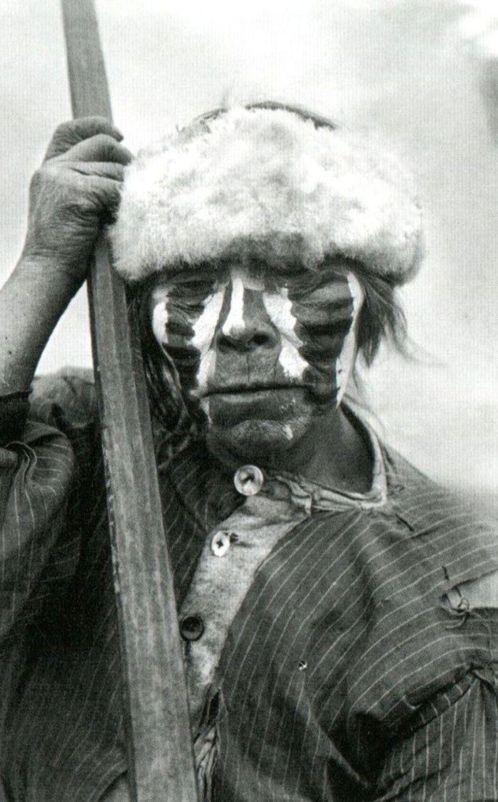 Retrato de hombre yámana. Punta Remolino, costa norte del Canal Beagle, Tierra del Fuego. Fotografía de Martín Gusinde. 1919- 1922.