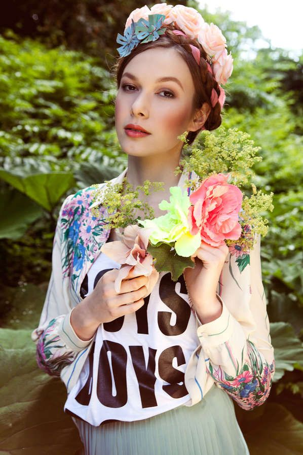 76 Extravagant Floral Fashions - From Hazy Floral Editorials to Floral Rockstar Photography (TOPLIST) #fashioneditorial #fashion