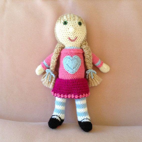 """Ein süßes """"Heart"""" handgemachte Gestricken Puppe... dunkel Blondes Haar, grüne Augen #005"""