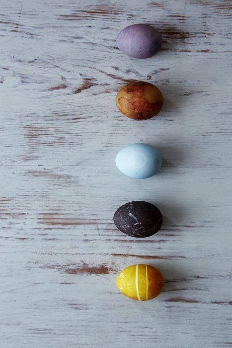 Postup:  Povarte vodu s vínnym octom a farbivom podľa výberu a ponorte do nej vajíčka.  Jednotlivé odtiene závisia od doby varenia a množstva použitého  farbiaceho materiálu. Vajíčka potom umyte v studenej vode  a osušte. Aby boli lesklé, stačí ich následne potrieť  troškou oleja.    Tip:  Pred samotným farbením priviažte na vajíčka malé kvietky alebo listy a vložte ich do silonovej pančuchy a povarte.   Po ukončení farbenia vajíčka vyberte z pančuchy. Vytvoríte tak na nich nádherné vzory.