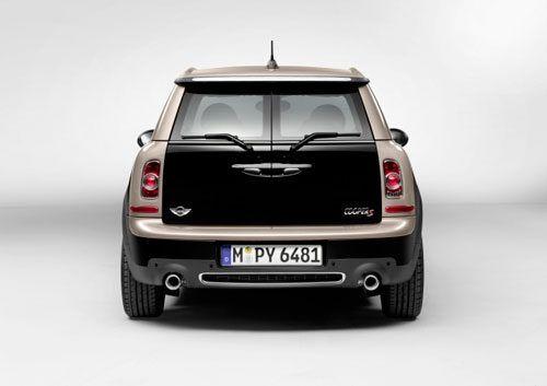 БМВ Мини будет цвета черный металлик (Полуночный черный) с крышей цвета шампанского (прохладное шампанское). Внутри она должна иметь эксклюзивные цвета