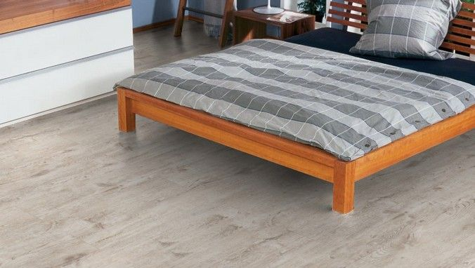 Серый ламинат Haro в интерьере спальни