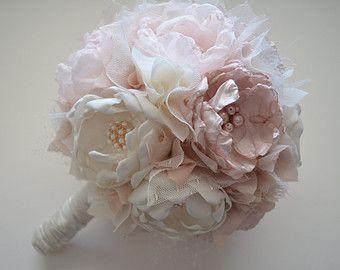 Questo prezzo è per il bouquet di solo. Per acquistare il fiore allocchiello, si prega di acquistare anche questa lista qui: https://www.etsy.com/listing/263921385  Questo bellissimo bouquet, si tratta di medie dimensioni, che è abbastanza grande per spose e damigelle. Circa 6 pollici di larghezza. Maniglia lunghezze possono variare e contiene circa 12 fiori.  Per lo più morbido bianco crema colorata. Un sacco di rosa pallido e un tocco di argento riempitivi di pizzo e tulle. Ogni fiore è…