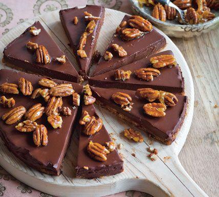 Zijdezachte chocoladetaart met honing-pecannoten - Recept - Jumbo Supermarkten