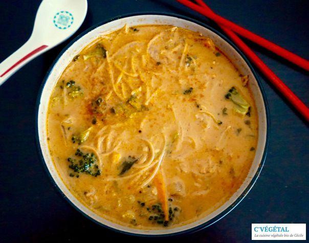 Soupe de nouilles au curry thai et légumes croquants // Thai curry noodle and crunchy vegetable soup - C'Végétal