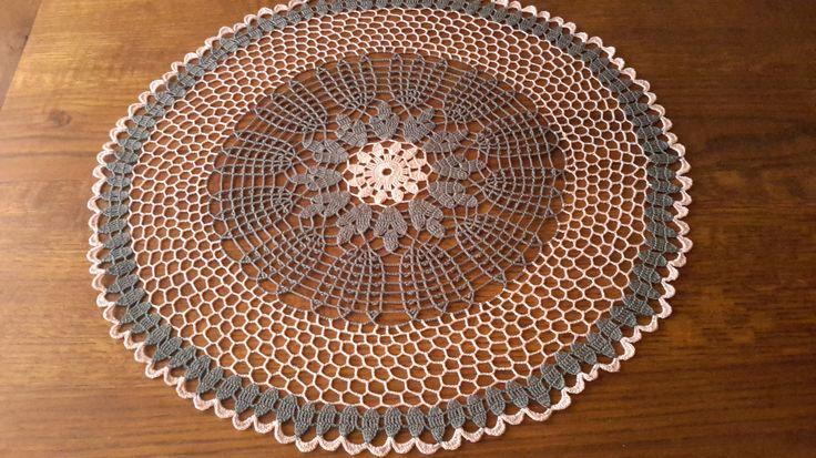 Grand Napperon fait main au crochet,  60 cm, Rose et gris de la boutique SweetieCreation sur Etsy