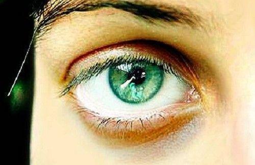 8 signes du visage qui en disent long sur votre santé. La couleur de nos yeux, notre type de peau, nos rides, nos cernes,... chaque trait de notre visage nous en dit long sur nous et notre santé, tant physique que psychologique.