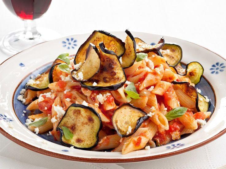 Pasta alla Norma, una combinación divina de berenjenas, tomates, albahaca y ricotta, es una de las recetas sicilianas más elegantes.  ¡Un verdadero clásico que es todo un culto!