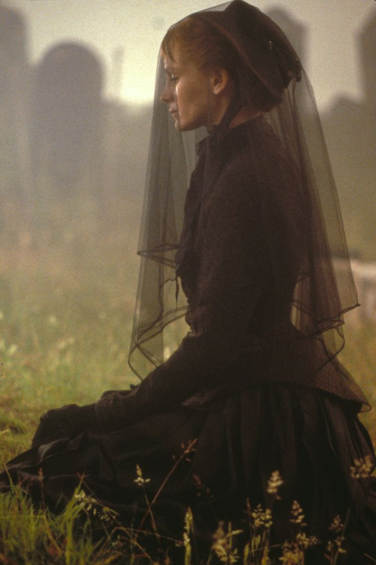 """Julia Roberts in """"Mary Reilly"""" - Funeral - fashion - widow - mourning"""
