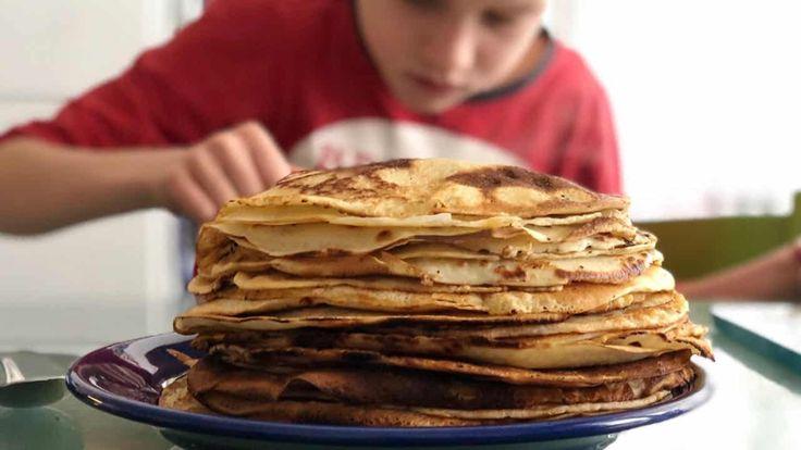 Pannenkoeken en flensjes maak je met weinig moeite gewoon zoals je oma dat ook nog deed: met melk, bloem en eieren. Hier is het recept.