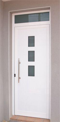 Además, las puertas de aluminio proporcionan protección y seguridad de cualquier fenómeno atmosférico.