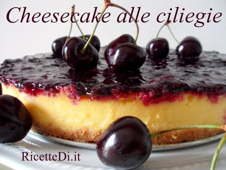 Cheesecake alle Ciliegie http://ricettedi.it/cucina/2014/09/cheesecake-alle-ciliege/ l'abbinamento più gettonato per la Newyork Cheesecake è senz'altro ciliegie ed amarene. In questa foto-ricetta abbiamo coperto lo strato di formaggio, yogurt e panna, con una polpa di ciliegie fresche, condite con zucchero e limone, e passate per dieci minuti in padella (se non siete nella stagione giusta per ciliegie ed amarene, va bene anche una marmellata … preferibilmente una confettura fatta in casa!)