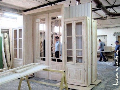 kamer en suite in productie, blank hout en vitrinedeuren