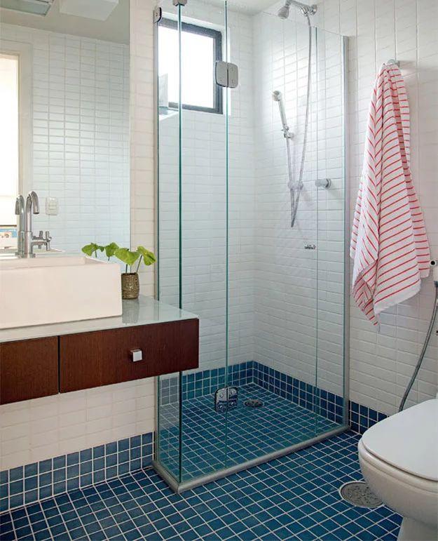 Foto: Pastilhas de cerâmica branca e azul cobrem o banheiro deste apartamento pequeno, reformado por Gabriel Valdivieso.