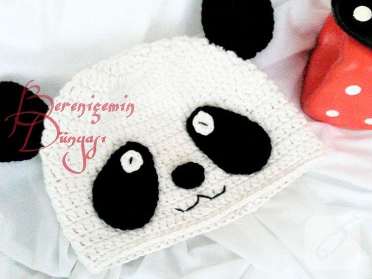 çocuklar için örebileceğiniz panda şeklinde pek sevimli bir bere yapımı. malzemeler: 3mm örgü tığı, beyaz ve siyah renk yün iplik. Beyaz ipin markası Kartopu Pamuklu Bebe....