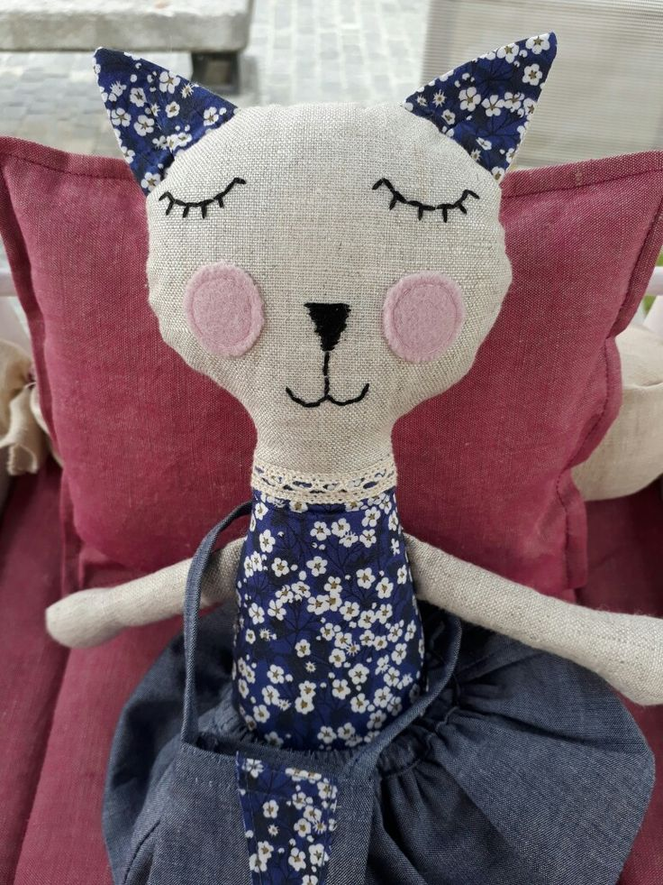 Softie cat, made in linen and Liberty, handmade by www.abricot-et-lavande.ch