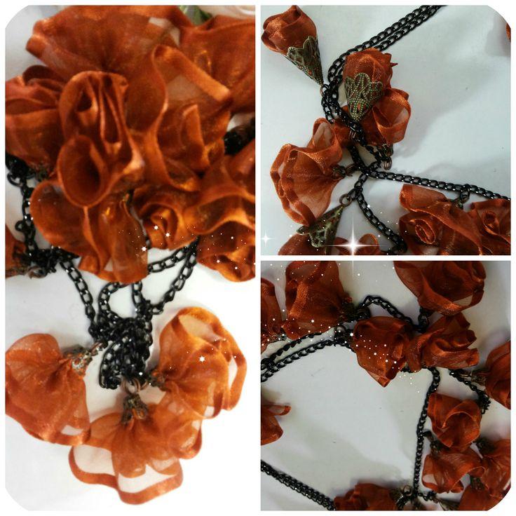 "Cand creativitatea intalneste frumosul rezulta o colectie interesanta. Va prezint colectia noastra de ""Coliere urbane"" -""The blossom!"" Colier varatec textil, design floral, coniac. Colierul este 100% realizat manual, florile sunt din organza.  Lungime = 90 cm"