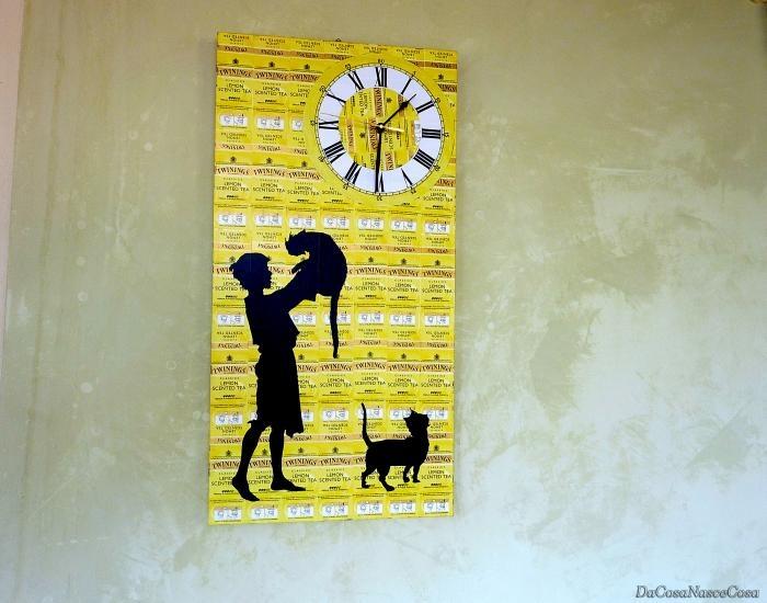 Orologio giallo con bustine tè e bimbo con gatto dallo shop DaCosaNasceCosa - oggetti per la casa - orologi - da parete - su ulaola.com