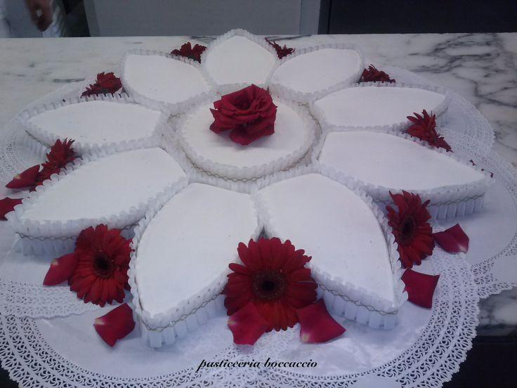 torta  millefoglie classica a forma di fiore