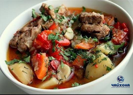 #Хашлама - герой нашей рубрики #УзбекскаяКухня  Рецепт приготовления: Мясо (говядины или баранины, желательно на кости) - 1кг Лук репчатый-0,5кг Помидоры-0,5кг Перец болгарский-0,5 кг Зелень в идеале такую как кинза и базилик - 2пучка Соль, перец по вкусу.  В узкую толстостенную посуду укладываем половину нарезанную кольцами репчатого лука. На лук укладываем мясо, нарезанное крупными кусками. Болгарский перец чистим, режем крупно и укладываем на мясо.помидоры ошпариваем, очищаем от кожицы…