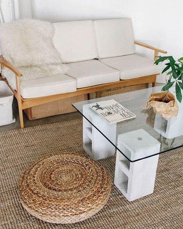 Mesa ratona con bloques de cemento y vidrio