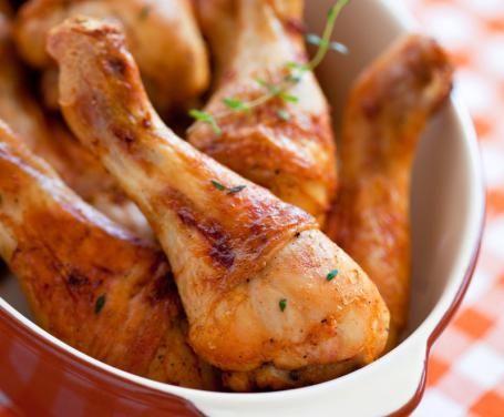 Le cosce di pollo al forno sono un piatto ottimo per molte occasioni: sia a pranzo che a cena, sia per una cena con ospiti che per una cena in solitaria.
