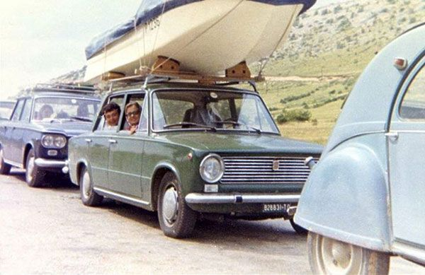 1969. Da soll mir einer sagen, dass die Fiat nicht stabil waren! Wir haben Turin-Triest und Halb Jugoslawien mit diesem Katafalk auf dem Dach gemacht. 4 Personen, Gepäck und der Außenbordmotor im Kofferraum!! :)  Familie Fili in der Schlange vor der Fähre nach Krk.  Text und Bild: Marco Fili