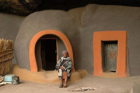 If the architect Antti Lovag built the bubble houses at Theoule-sur-mer near Nice in France between 1979 and 1984, the first inhabitants of the caves of Kome in #Lesotho had already opted for this type of construction in the 19 th century.