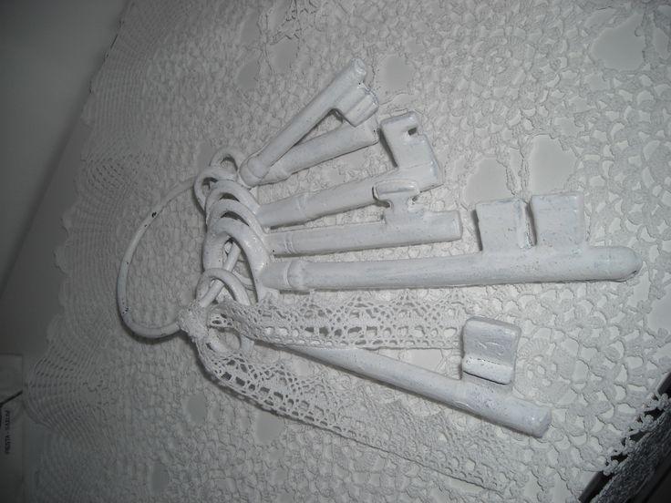 Kulcsok, amiket lefestettem fehérre, kötöttem rá csipkét.