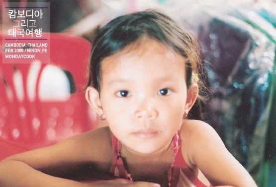 2006 in Cambodia 캄보디아 내 버스 이동 중 휴게소격인 가게에서 만난 자매. 내 팔찌를 탐내길래 냉큼 줬던 기억이..^_^
