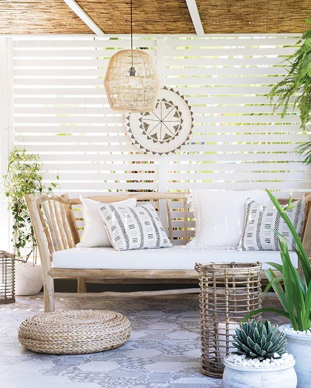 The tropical vibes of @villastyling's outdoor patio are simply sublime. The slatted screen provides just the right amount of privacy from the neighbours, but also allows light to stream through. And that daybed from @magnolia_lane_ is pretty too! The new summer edition is out in newsagents now and our online shop if you're struggling to find a copy.