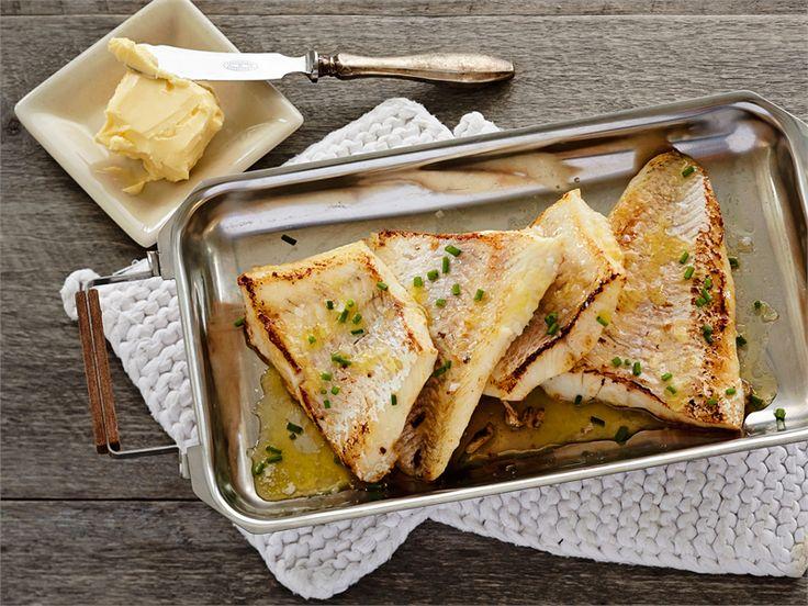 Paistettua kalaa sitruunavoin kera. Paista kala sitruunavoissa, ja käytä sitä myös fileiden valeluun. Aterian kruunaa sitruunavoilla tehty perunasose. http://www.valio.fi/reseptit/paistettua-kalaa-sitruunavoin-kera/ #resepti #valio