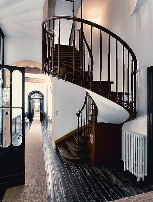 J'adore le plancher noir et le corridor lumineux. Beau contraste