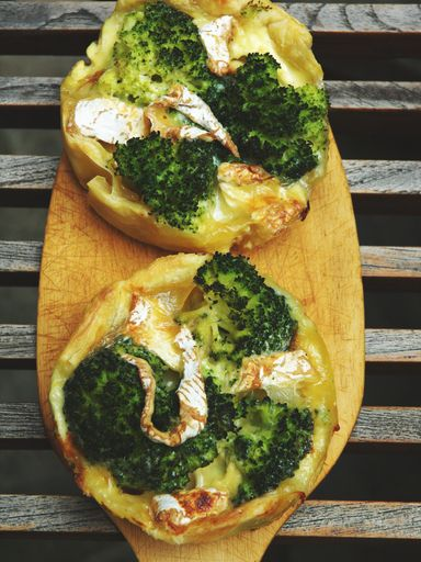 Tarte brocolis camembert : Recette de Tarte brocolis camembert - Marmiton