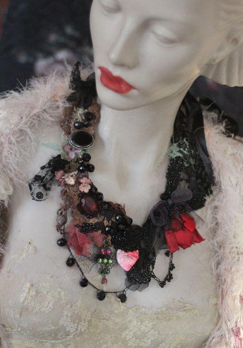 Délicat collier audacieuse est inspiré par la mode victorienne, les nuances de noirs mystérieux et les formes jumelés avec le vin et les roses marrons, vieux subtiles. Le collier est cousu ensemble à l'aide de nombreux matériaux de la soie de détails-cordée ère victorienne jet brillant avec mousseline de soie et perles minuscules, lacets de soie noirs, filet noir, dentelle teintée à la main à la main à la main. Orné de pétales de vintage, coupe cristaux noirs, trouvailles vintage... Le jet…