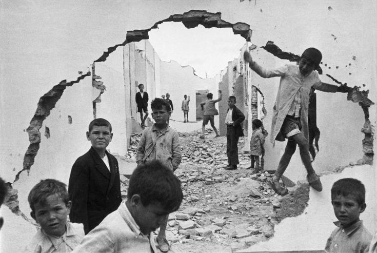 He elegido esta imagen porque refleja miseria, donde podemos ver un entorno destruido y rodeado de niños. Henri Cartier-Bresson | Iconic Photos